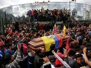 Demonstranten trauern um die indigene Persönlichkeit Inocencio Tucumbi, der bei Demonstrationen gegen die Streichung von Treibstoffsubventionen ums Leben kam. Die Demonstranten zwangen festgehaltene Polizisten den Sarg zu tragen. (Foto: Dolores Ochoa/AP Keystone) (Bild: KEYSTONE/AP/DOLORES OCHOA)