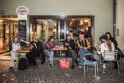 Die Autorin lässt sich vor der «Magdi»-Bar Geschichten erzählen. (Bild: Nadia Schärli, Luzern, 1. Oktober 2019)