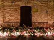 Kerzen und Blumen vor der Synagoge in Halle für die Opfer des Anschlags - der Todesschütze hat die Tat gestanden und ein rechtsextremistisches, antisemitisches Motiv bestätigt. (Bild: Keystone/EPA/CLEMENS BILAN)