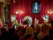 Tausende nehmen in Prag Abschied von Karel Gott; der «Sinatra des Ostens» war am 1. Oktober mit 80 Jahren gestorben. (Bild: Keystone/EPA/MARTIN DIVISEK)