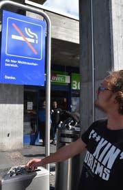 Beim Zugang zum Bahnhof Buchs heisst es: «Zigarette ausdrücken!»