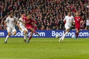 Der Moment der Entscheidung: Yussuf Poulsen trifft zum 1:0. (KEYSTONE/Georgios Kefalas).