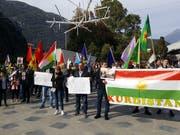 Knapp 300 Personen sind in Bellinzona wegen der türkischen Offensive in Syrien auf die Strasse gegangen. (Bild: Gerhard Lob)