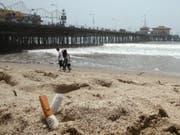 Zigarettenstummel am Strand von Santa Monica, Kalifornien. Der US-Westküstenstaat verbietet nun das Rauchen an Stränden und in Naturparks. (Bild: Keystone/EPA/BRENDAN MCDERMID)