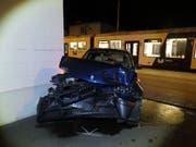 Aus diesem Autowrack konnte sich ein 62-jähriger Mann nach der Kollision mit einem Zug leicht verletzt befreien. (Bild: Kantonspolizei Aargau)