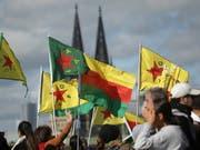 In ganz Deutschland demonstrierten Tausende Menschen gegen die türkische Offensive in den syrischen Kurdengebieten. Allein in Köln waren es 10'000. (Bild: KEYSTONE/AP DPA/DAVID YOUNG)
