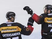 Berns Jan Mursak (rechts) gratuliert Ramon Untersander für dessen verwerteten Penalty (Bild: KEYSTONE/ALESSANDRO DELLA VALLE)
