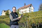 Reblüt-Präsident Urs Tobler mit einer Gamaret-Traube. (Bild: Hanspeter Schiess)