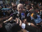Rechtsprofessor Kaïs Saïed, Gewinner der Präsidentenwahl in Tunesien, spricht am Sonntag nach seiner Stimmabgabe zu den Medien. (Bild: Keystone/AP/MOSA'AB ELSHAMY)