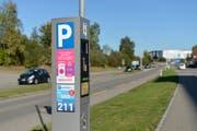 Die Stadt hat nun zwei Parkingapps. Parkuhr mit Aufklebern von Parkingpay und Easypark auf beiden Seiten und Twint auf der Frontseite.