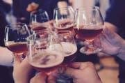 Immer weniger Schweizer trinken Alkohol: Sie greifen stattdessen lieber zu Alkoholfreiem. (Bild: Pixabay)