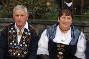 Sennenvater Sepp Planzer mit seiner Frau Regina beobachten nach dem Gottesdienst das «Fääntlä» auf dem Kirchplatz. Bild: Paul Gwerder (Bürglen, 13. Oktober 2019)