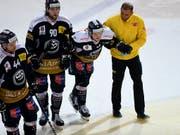 Verletzung mit Folgen: Ambri-Piottas Dominic Zwerger wird im Spiel gegen Rapperswil-Jona vom Eis geführt (Bild: KEYSTONE/SAMUEL GOLAY)