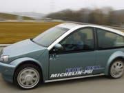 Autos mit Wasserstoffantrieb gibt es schon lange: Der von Michelin und dem Paul-Scherrer-Institut entwickelte Prototyp im Bild etwa wurde 2006 präsentiert. Eine Entwicklung der ETH Lausanne soll nun das Problem der fehlenden Tankstellen lösen. (Bild: KEYSTONE/LUKAS LEHMANN)