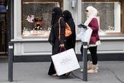 Der Körper ist gänzlich verhüllt: Touristinnen aus Saudi-Arabien im Berner Oberland. (Bild: Peter Klaunzer/Keystone, Interlaken, 9. Oktober 2016)