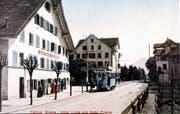 Das Krienser Tram hält vor der «Linde». Das kolorierte Foto entstand wohl kurz nach 1900.