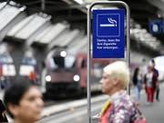 Rauchen nur noch in bestimmten Zonen erlaubt: Ab Ende Oktober hat auch die Zentralbahn rauchfreie Bahnhöfe. (Bild: KEYSTONE/WALTER BIERI)