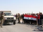 Syrische Regierungstruppen werden im Norden des Landes als Verteidiger gegen die türkische Armee gefeiert. (Bild: KEYSTONE/AP)