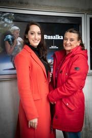 Die Opernsängerin Jennifer Panara spielt in «Rusalka» den Küchenjungen. Kollegin Lucia Blažíčková (rechts) kommt aus Bratislava und hat sie als Sprachtrainerin unterstützt. (Bild: Ralph Ribi)