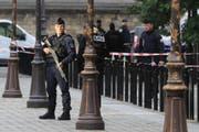 Ein Polizist sichert am Donnerstag einen Bereich in der Nähe des Polizeihauptquartiers Bild: M. Euler/AP