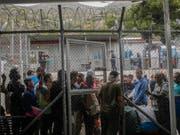 In dem für 650 Menschen ausgelegten Migrantenlager auf der griechischen Insel Samos sind derzeit mehr als 5700 Personen untergebracht. (Bild: KEYSTONE/AP/PETROS GIANNAKOURIS)