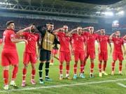 Nach dem Sieg in der EM-Qualifikation über Albanien salutieren einige türkische Spieler vor den Fans (Bild: KEYSTONE/EPA/ERDEM SAHIN)
