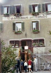 Vor dem Eingang zum Gasthaus zur Linde im oberen Stock hängen im Herbst 1969 drei erlegte Wildtiere.