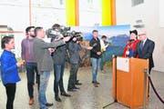 Im Wahlzentrum wird am Sonntag wieder viel erklärt und kommentiert. Medien, Kandidierende und die Schwyzer Staatskanzlei mit Mathias Brun werden vor Ort sein. (Bild: Stefan Grüter)