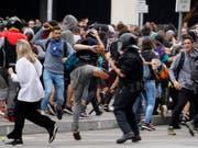 Die Wut von Katalanen über die Urteile von Madrid entlädt sich am Flughafen von Barcelona. (Bild: KEYSTONE/AP/EMILIO MORENATTI)