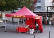 An diesem Stand auf dem Weinfelder Marktplatz warben am Samstag die Scientologen für ihre Organisation. (Bild: PD)