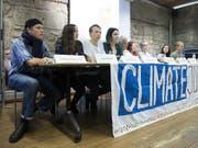 Tiziano De Luca, Lena Bühler, Jonas Kampus, Jelena Filipovic und weitere Mitglieder der Arbeitsgruppe «Strike for Future» (von links) informierten an einer Medienkonferenz über den für Mai 2020 geplanten nationalen Klimastreik. (Bild: KEYSTONE/PETER KLAUNZER)