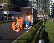 Einsatzkräfte bei den Reinigungsarbeiten. (Bild: Luzerner Polizei, Kriens, 14. Oktober 2019)