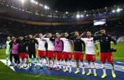 Nach Abpfiff stellte sich nahezu die ganze Mannschaft vor den Fanblock und salutierte erneut. (Bild: Keystone)