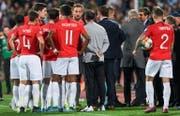 Englands Spieler während eines Unterbruchs wegen rassistischer Fan-Äusserungen. (Bild: Keystone)