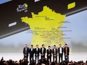 Eine Auswahl von Fahrern, angeführt vom vierfachen Tour-Sieger Chris Froome (ganz links), posiert nach der Streckenpräsentation der Tour de France 2020 auf der Bühne (Bild: KEYSTONE/EPA/YOAN VALAT)