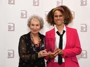 Ausnahmsweise zwei Gewinnerinnen beim diesjährigen britischen Booker-Literaturpreis: die kanadische Autorin Margaret Atwood (links) und die britische Schriftstellerin Bernardine Evaristo. (Bild: KEYSTONE/EPA/ANDY RAIN)