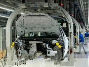 Volkswagen hat die Entscheidung über eine neue Autofabrik in der Türkei vor dem Hintergrund der türkischen Militäroffensive im angrenzenden Syrien verschoben. (Bild: KEYSTONE/AP/JENS MEYER)