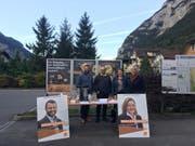 Heidi Z'graggen und Simon Stadler setzen sich beim Unterschriftensammeln kurz vor den Wahlen für die Initiative ein. (Bild: PD)