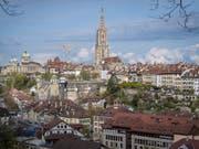 Blick auf die Berner Altstadt Bern und das Münster. Wer hier eine Wohnung kaufen will, muss tief in die Tasche greifen. (Bild: KEYSTONE/MARCEL BIERI)