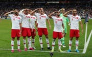 Die türkischen Spieler feiern den 1:1-Ausgleich gegen Frankreich mit dem Soldatengruss. (Bild: Keystone)