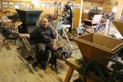 Walter Isler in der Scheune im Weiler Aspenrüti. Bis Ende 2019 muss er mit seinen Geräten und Maschinen ausziehen. (Bild: Hannelore Bruderer)