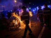 Brennende Strassenbarrikade auf der Zufahrt zum Flughafen von Barcelona. (Bild: KEYSTONE/AP/BERNAT ARMANGUE)