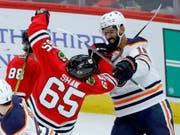 Jujhar Khaira (rechts) von den Edmonton Oilers im wilden Kampf gegen Andrew Shaw von den Chicago Blackhawks (Bild: KEYSTONE/AP/CHARLES REX ARBOGAST)