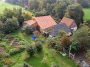 Auf diesem Bauernhof im Osten der Niederlande lebten der Mann und die sechs Jugendlichen während neun Jahren in einem Keller. (Bild: KEYSTONE/EPA ANP/WILBERT BIJZITTER)