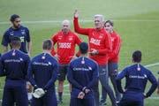 Vladimir Petkovic und seine Schweizer Spieler beim Abschlusstraining im Stade de Genève. (Bild: Salvatore Di Nolfi/KEY)
