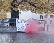 Transparent und roter Rauch auf dem Gallusplatz: Am kommenden Freitag, ab 13.30 Uhr, wird hier wieder fürs Klima demonstriert. (Bild: PD - 15. Oktober 2019)