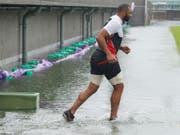Der japanische Rugby-Spieler Michael Leitch trainiert in Tokio auf einem von Taifun «Hagibis» überfluteten Spielfeld. (Bild: KEYSTONE/AP Kyodo News)
