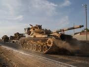 Vormarsch - oder eher Flucht? Im Bild: Türkische Panzer in Nordsyrien. Eine wichtige Stadt scheint die türkische Armee trotz vollmundiger Ankündigungen von Präsident Erdogan wieder an die Kurden verloren zu haben. (Bild: KEYSTONE/AP/EMRAH GUREL)