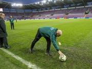 Schiedsrichter Szymon Marciniak inspiziert den durchnässten Platz im Stade de Genève und gibt grünes Licht für den Anpfiff um 20.45 Uhr (Bild: KEYSTONE/SALVATORE DI NOLFI)