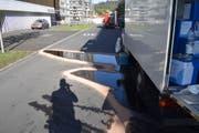 Bei der ausgelaufenen Flüssigkeit handelt es sich um Polypropylenglykol. (Bild: Luzerner Polizei, Kriens, 14. Oktober 2019)